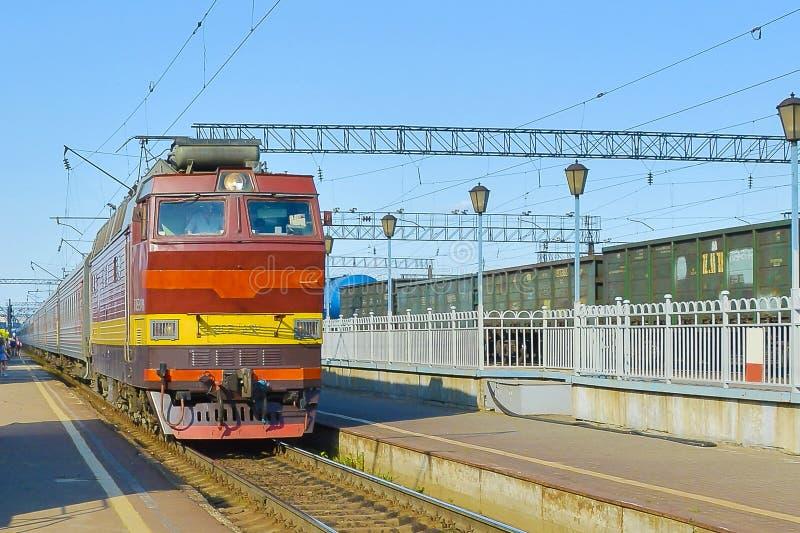 La locomotive approche la station photos stock