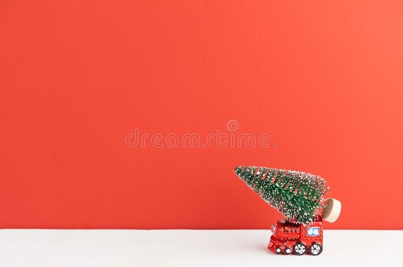 La locomotora de vapor del juguete lleva un árbol de navidad foto de archivo libre de regalías