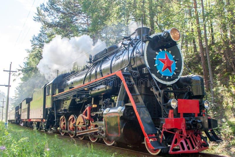 La locomotora de vapor vieja está conduciendo a lo largo del ferrocarril de Circum-Baikal foto de archivo libre de regalías