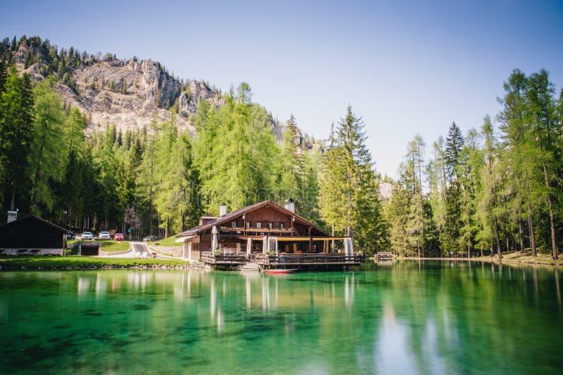 La loge au-dessus des eaux de turquoise de Lago Ghedina, un lac alpin dans Cortina d'Ampezzo, dolomites, Italie image libre de droits