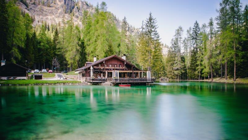 La loge au-dessus des eaux de turquoise de Lago Ghedina, un lac alpin dans Cortina d'Ampezzo, dolomites, Italie images stock