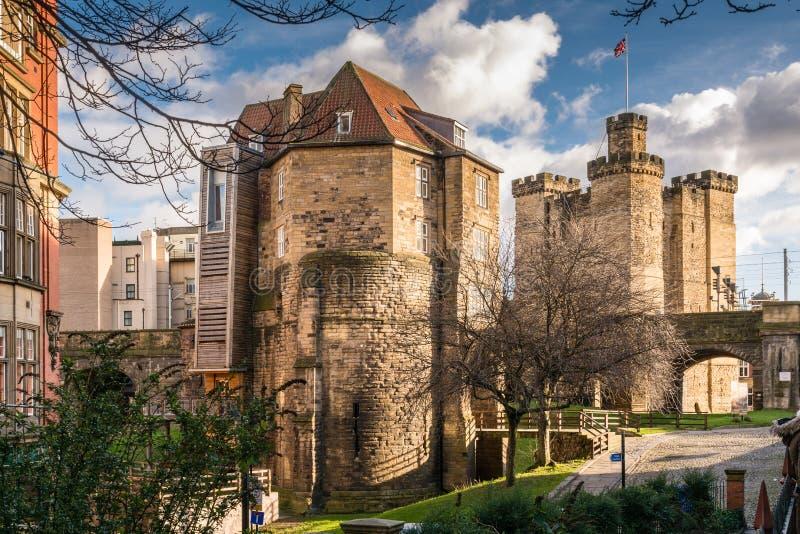 La loge du portier et le château noirs de porte gardent image stock