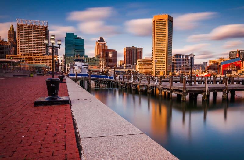 La longue exposition de l'horizon de Baltimore et le port intérieur Promenade. photographie stock libre de droits