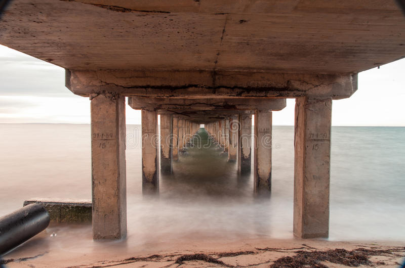 La longue exposition a tiré sous le pilier de Dromana, Australie photos stock