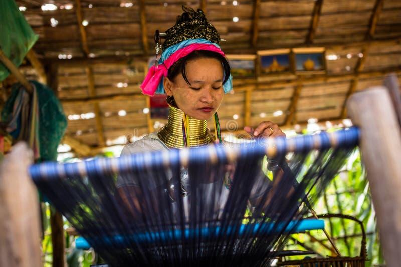 La longue femme étranglée de tribu de Karen tisse sur un métier à tisser en collines près de Chiang Mai, Thaïlande photographie stock libre de droits
