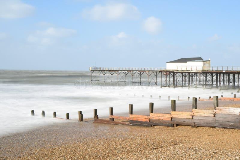 La longue jetée de mer d'image de photographie d'exposition ondule la plage dans Bognor REGIS pris la côte sud Angleterre R-U photos libres de droits