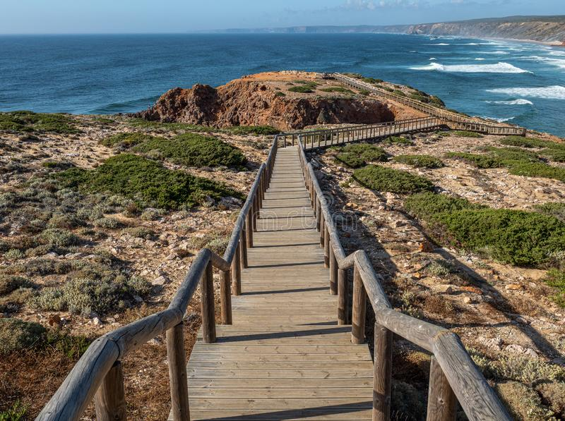 La longue promenade chez Bordeira photos stock