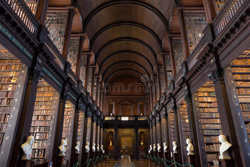 La longue salle à la bibliothèque universitaire de trinité photographie stock libre de droits