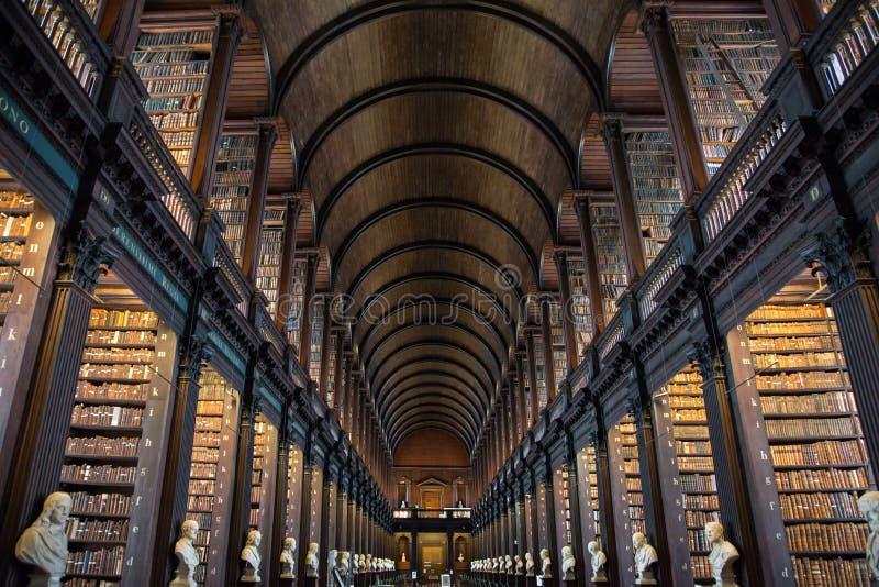 La longue salle à la bibliothèque universitaire de trinité, Dublin photographie stock libre de droits
