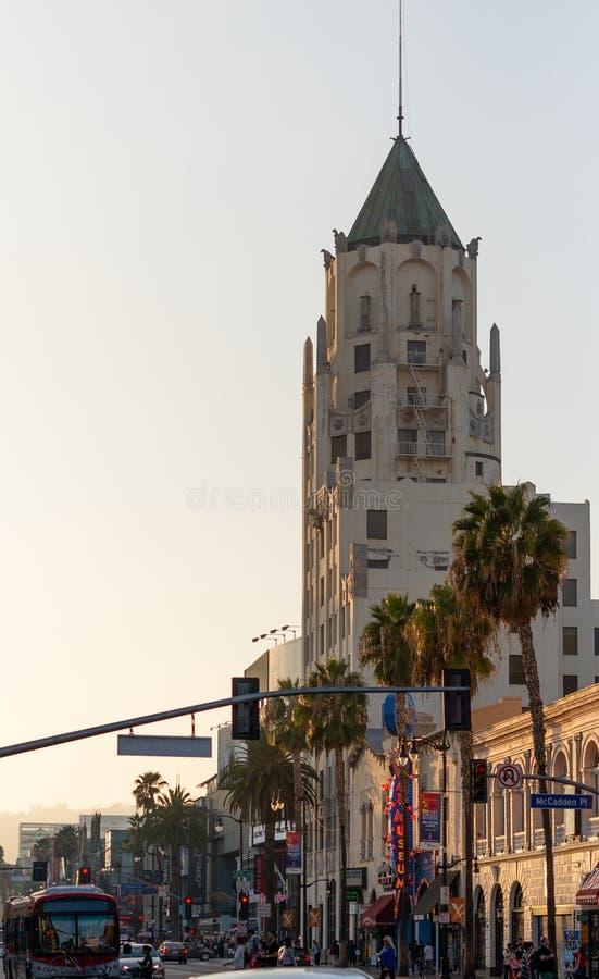 LA, LOS E.E.U.U. - 30 DE OCTUBRE DE 2018: El primer edificio nacional de Hollywood en la puesta del sol imagen de archivo