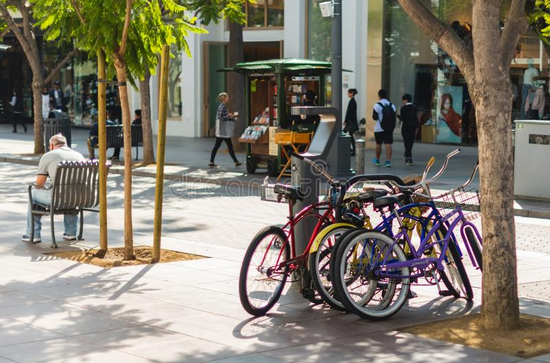 LA, LOS E.E.U.U. - 30 DE OCTUBRE DE 2018: Una pila de bicis parqueadas para arriba en la calle de Santa Monica, La fotografía de archivo