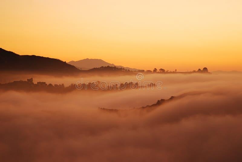 la los ponad sunrising mgła. obrazy royalty free