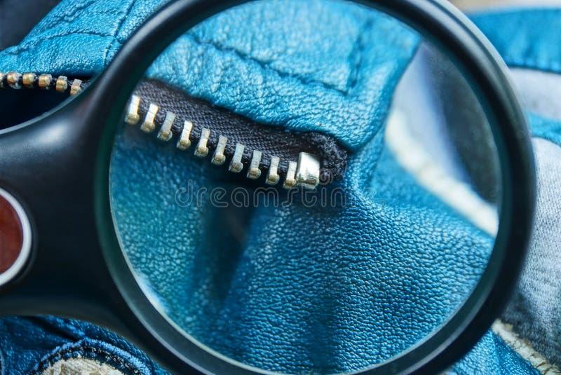 la loupe augmente la fermeture éclair en métal sur les vêtements en cuir bleus images stock