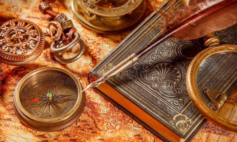 La loupe de cru se trouve sur une carte antique du monde photographie stock libre de droits