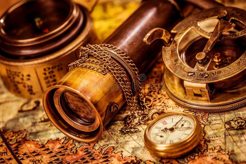 La loupe de cru se trouve sur une carte antique du monde photographie stock