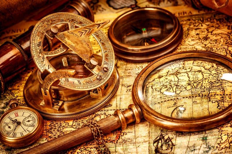 La loupe de cru se trouve sur une carte antique du monde images stock