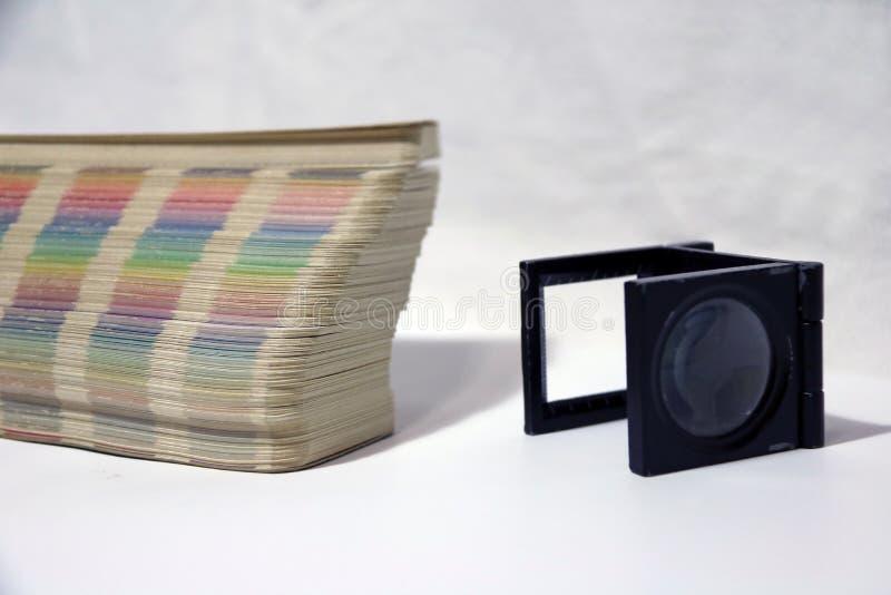 La loupe et l'arc-en-ciel de place noire prélèvent le catalogue de palette de couleurs photo stock