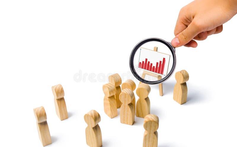 La loupe regarde le support avec le graphand de sastatistics qu'un chef est près de lui parle un discours s'adressant à une foule photos stock