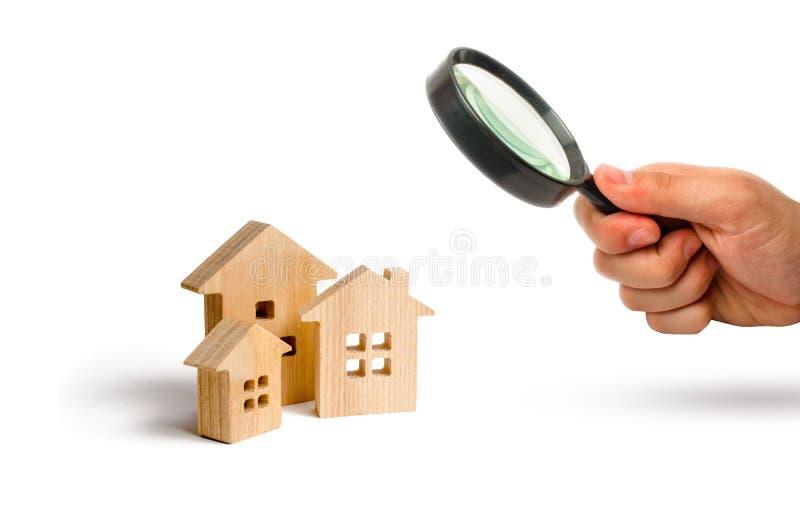 La loupe regarde les achats et la vente des immobiliers, construction Appartements et appartements Ville, règlement photos stock