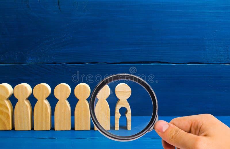 La loupe regarde les générations des personnes se tiennent sur un fond bleu La chaîne de la procréation est interrupte images stock