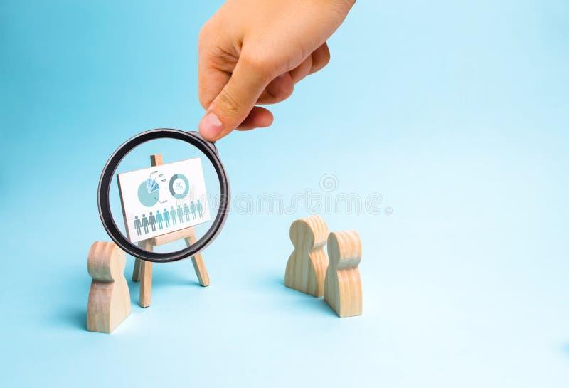 La loupe regarde les rapports d'homme d'affaires à son personnel un briefing, un examen de la stratégie commerciale, photo stock