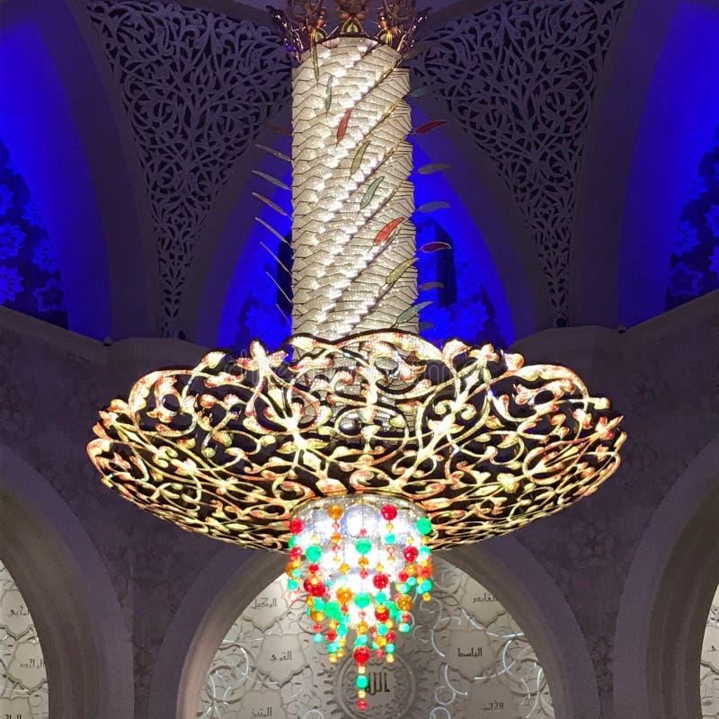 La luce è sistemata intorno ad una finestra circolare nel soffitto di una sala da pranzo che della senior-residenza la luce artif fotografie stock