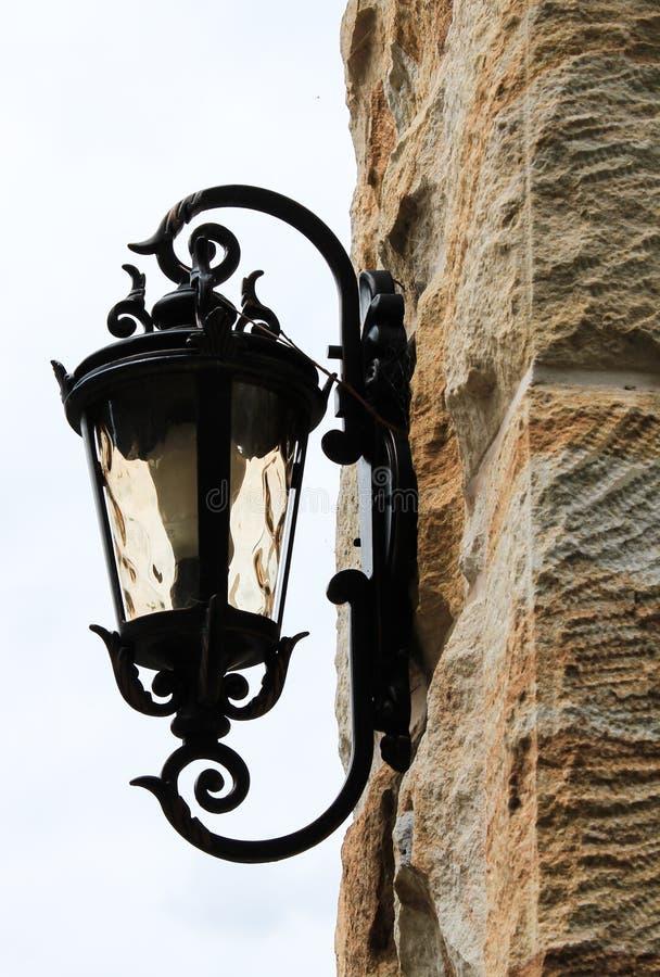 La luce all'aperto del metallo nero ha messo in parete dell'arenaria fotografia stock libera da diritti