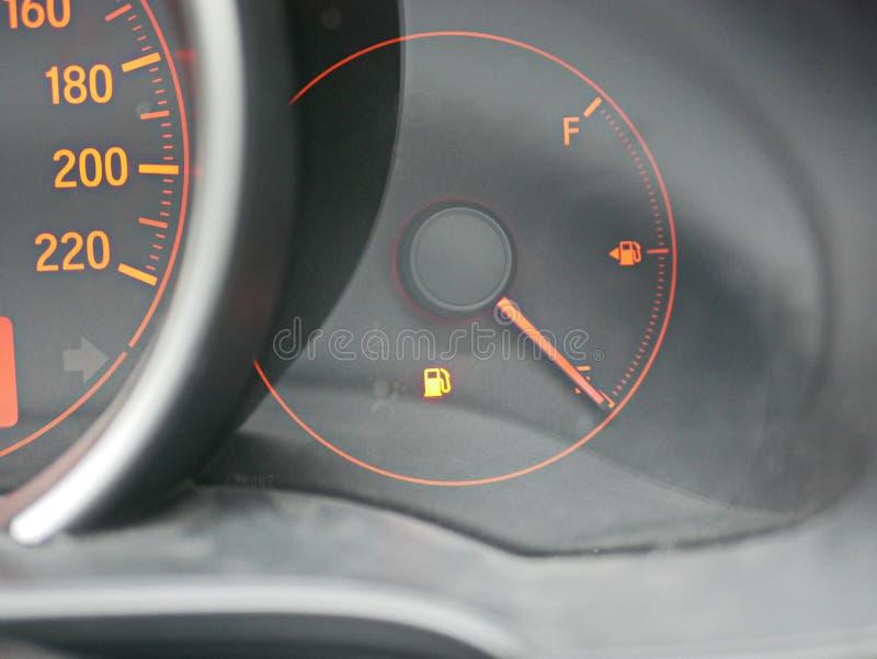 La luce d'avvertimento del combustibile sul cruscotto dell'automobile è sopra immagine stock
