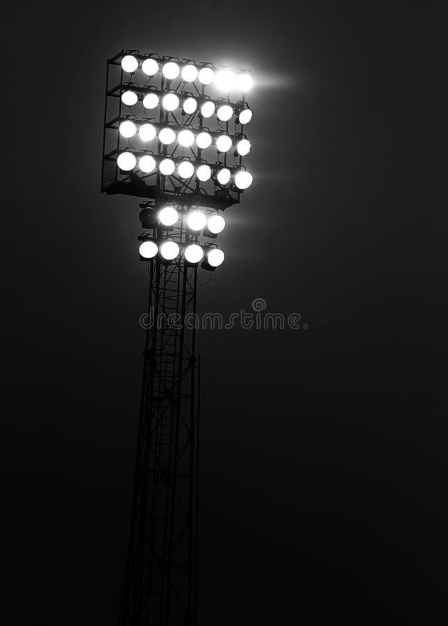 La luce dei proiettori si è accesa alla notte durante la manifestazione immagini stock