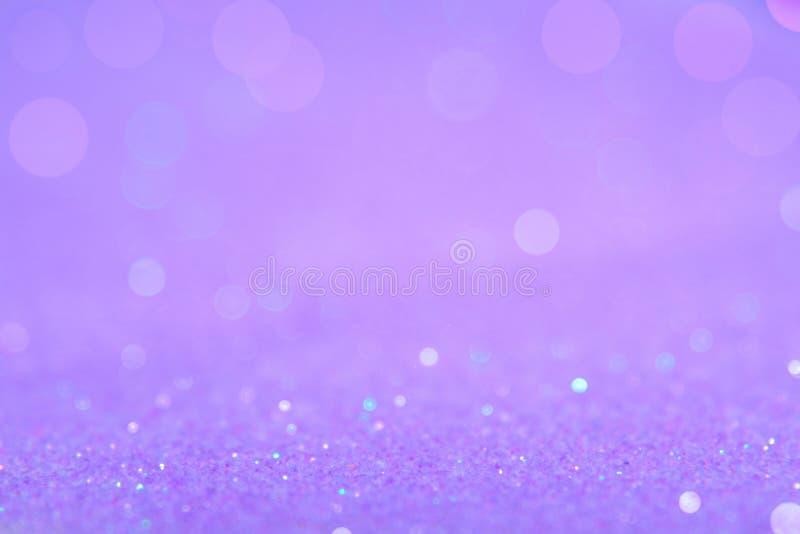 La luce delicatamente viola o porpora del bokeh è i cerchi vaghi morbidezza di immagini stock