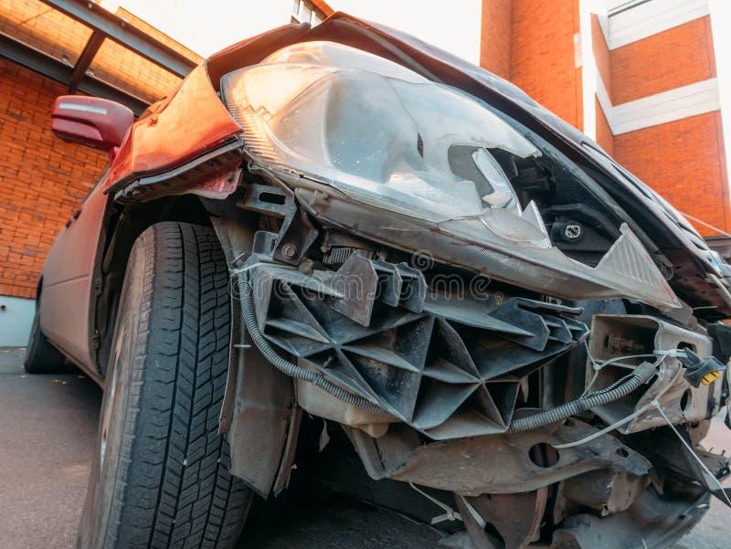 La luce dell'automobile o il primo piano rotta della lampada del faro, veicolo dell'automobile dopo l'incidente di arresto deve r fotografia stock