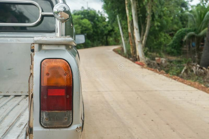 La luce della coda del vecchio prende l'automobile fotografia stock