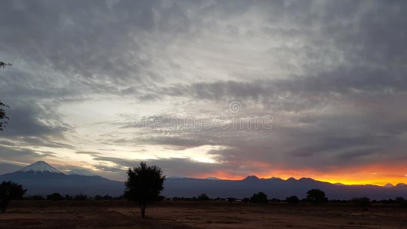 La luce di alba sui vulcani della Cordigliera andina, deserto di Atacama, Cile fotografia stock libera da diritti