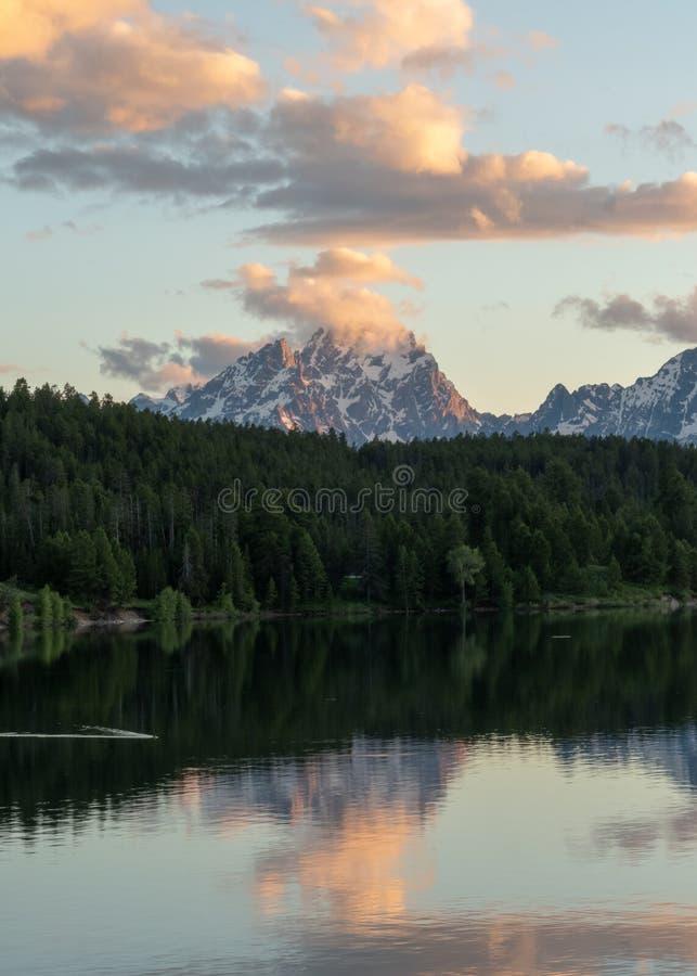 La luce di mattina riflette in Jackson Lake fotografia stock libera da diritti
