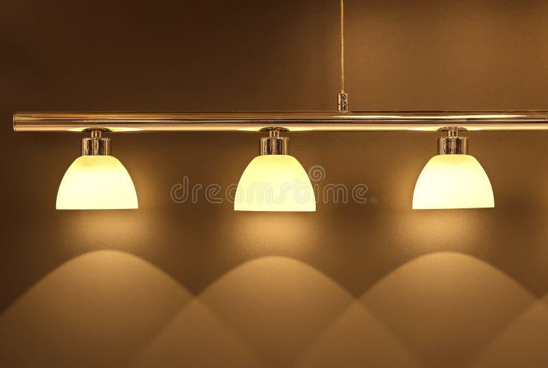 La luce morbida dalla lampada alla moda elegante disegna fotografia stock libera da diritti