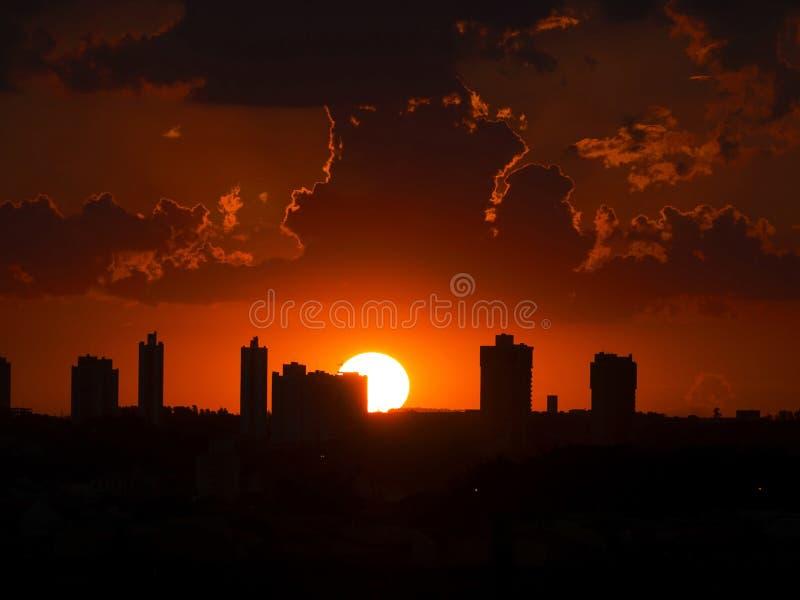 La luce solare del sole di notte del cielo del tramonto si appanna l'alba del cloudscape panoramica fotografia stock libera da diritti