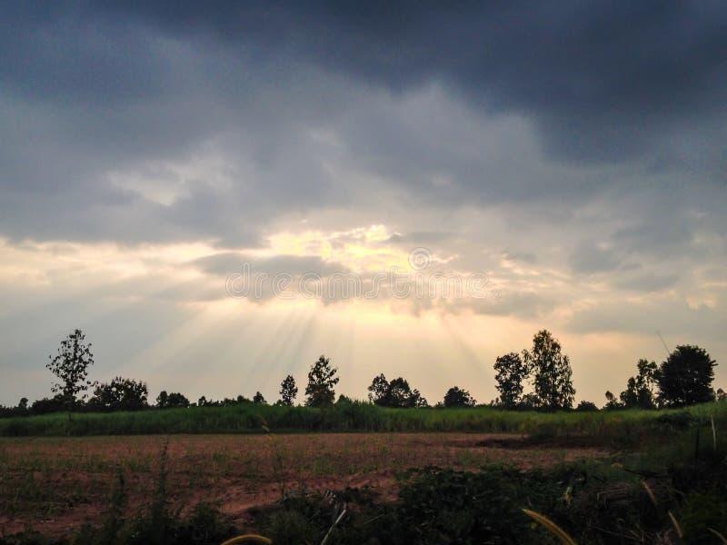 La luce solare perfora le nubi per creare l'illuminazione lunatica su un pilastro di pesca al crepuscolo immagini stock