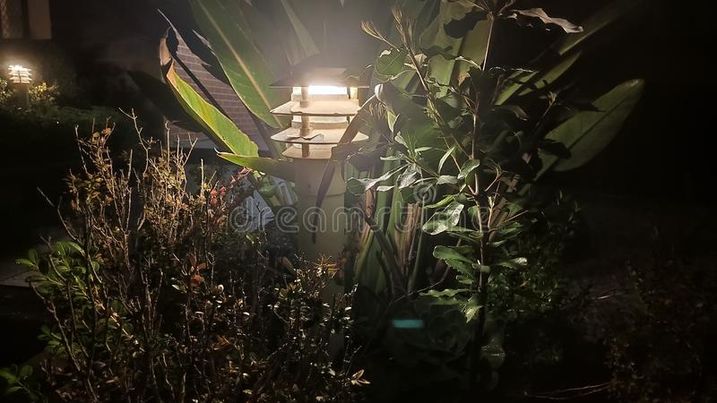 La luce solare perfora le nubi per creare l'illuminazione lunatica su un pilastro di pesca al crepuscolo immagine stock libera da diritti