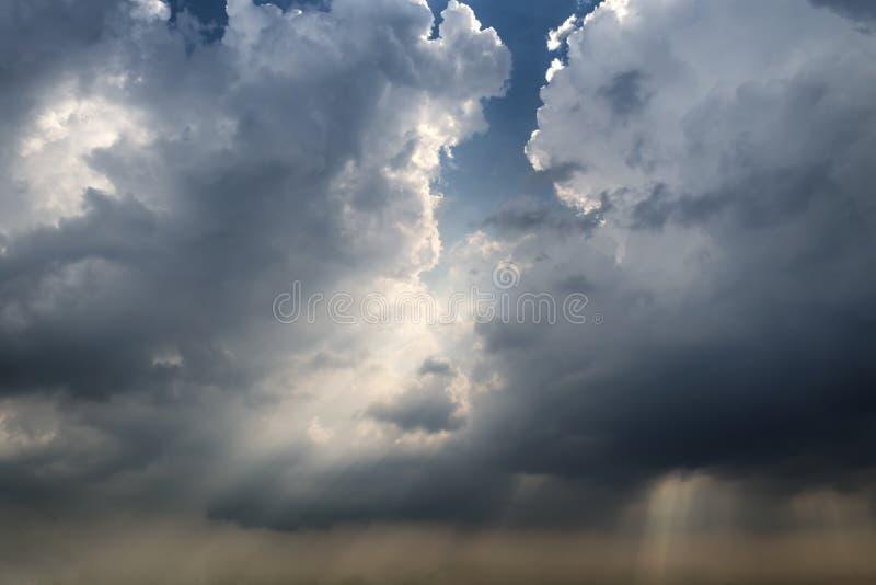 La luce splende attraverso le nuvole di tempesta prima che una tempesta stia venendo fotografia stock libera da diritti