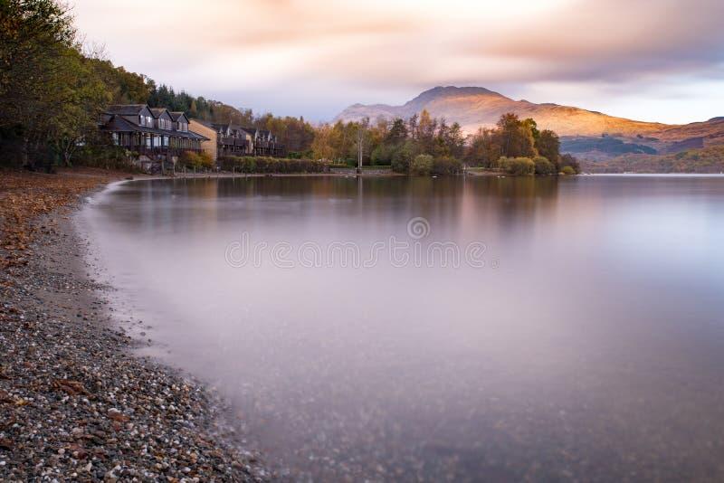 La luce splende su Ben Lomond fra le nuvole nel Loch Lomond a fotografia stock