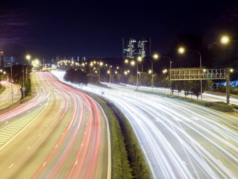 La luce trascina su una strada principale/superstrada, Singapore fotografia stock