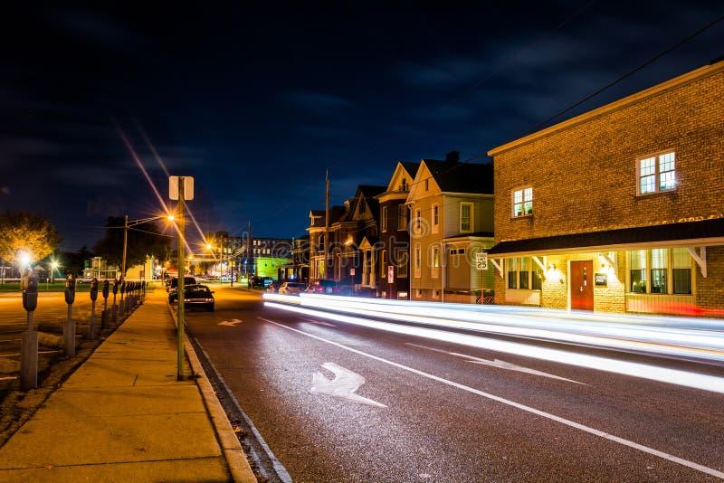 La luce trascina su una via alla notte a Hannover, Pensilvania fotografie stock