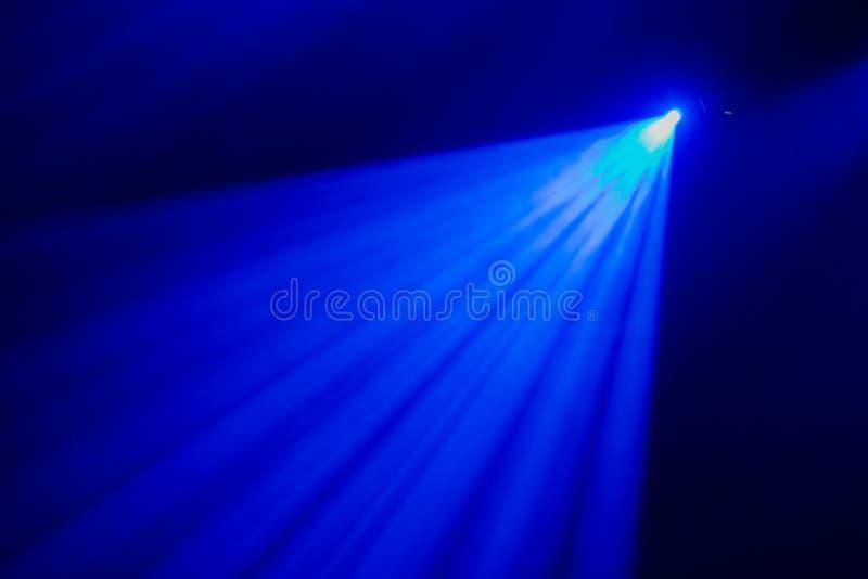La lumière bleue des projecteurs par la fumée dans le théâtre pendant la représentation photos libres de droits
