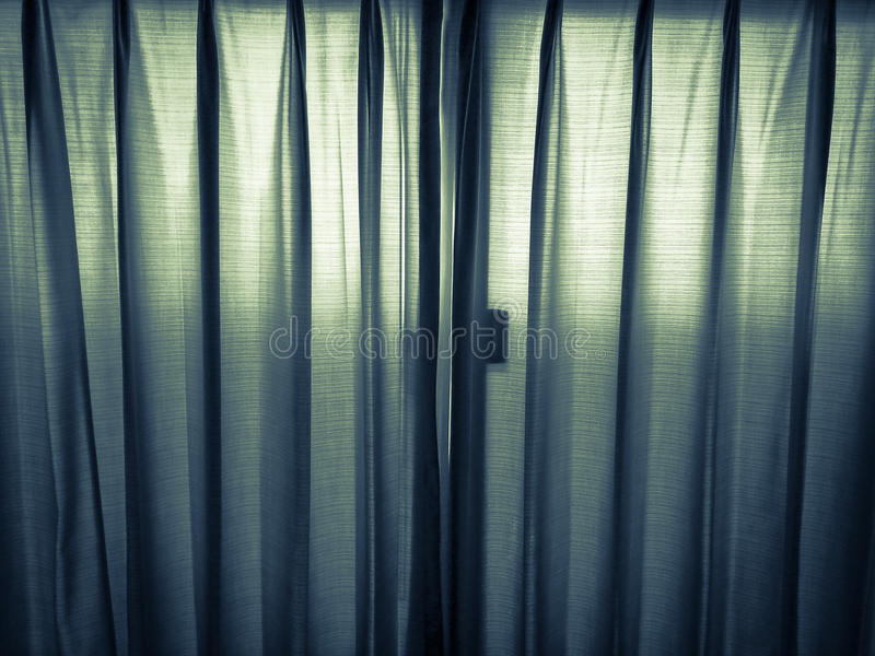 La lumière brille par des rideaux images libres de droits