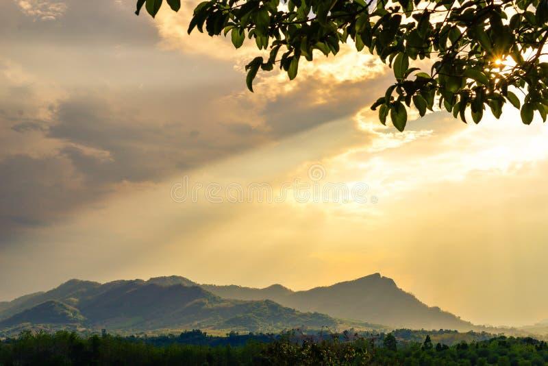 La lumière d'or brille sur la colline image stock