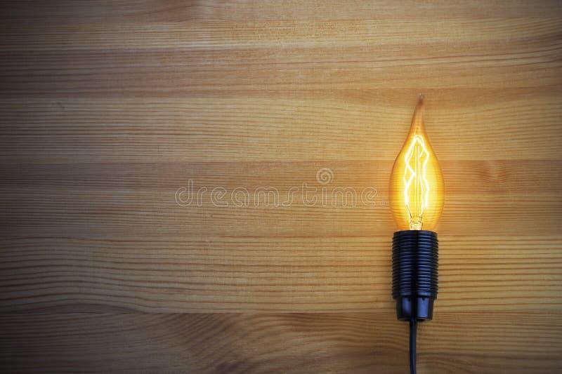 Download La Lumière D'une Lampe à Incandescence Photo stock - Image du innovation, électrique: 77154042