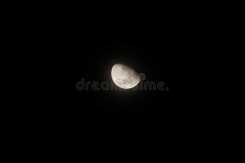 La lumière d'une lune de affaiblissement photographie stock libre de droits