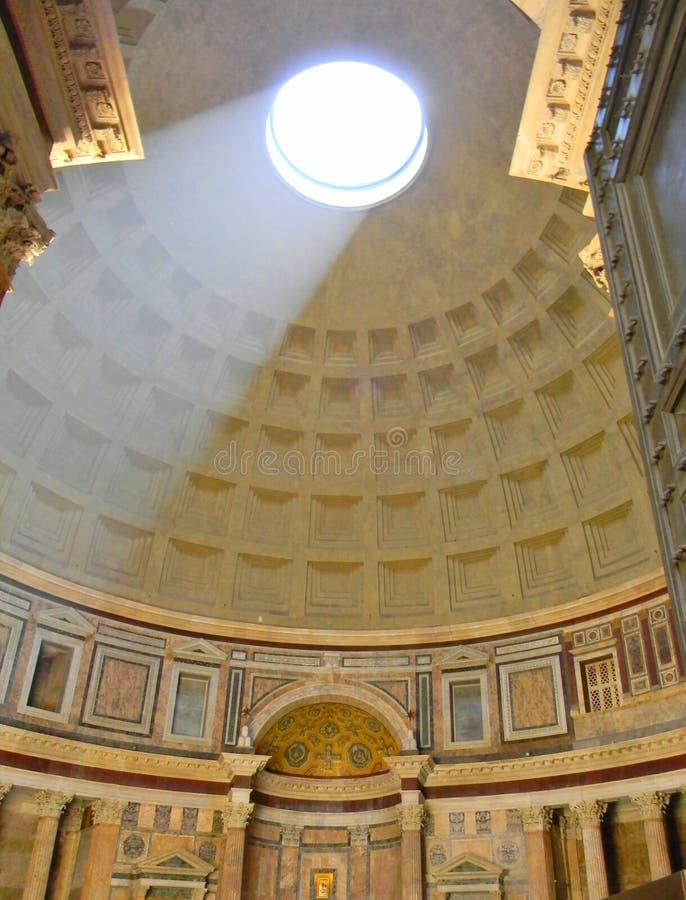 La lumière dans tout le toit du Panthéon à Rome images stock