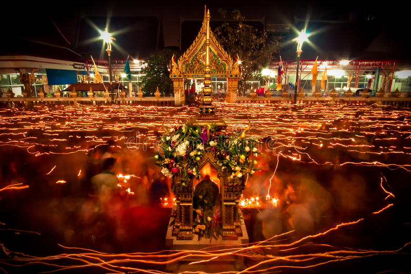 La lumière de la bougie s'est allumée la nuit autour de l'église du bouddhiste prêtée photos libres de droits