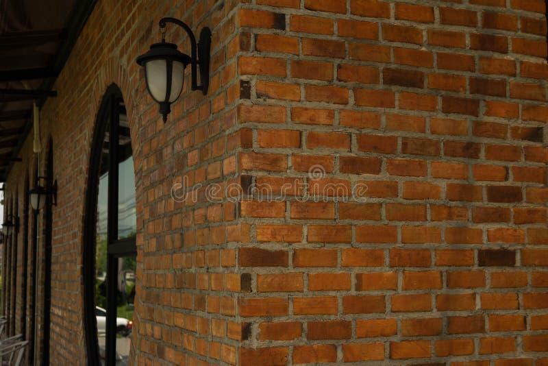 La lumière de lampe de mur de vintage, fond est brique rouge photos libres de droits